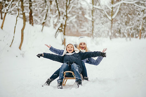 Дети и родители играют зимой